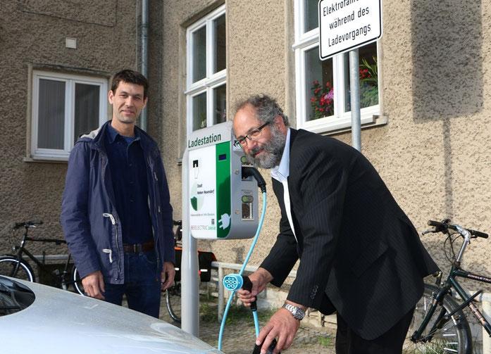 Bürgermeister und Klimaschutzmanager bei der Ladesäuleneröffnung
