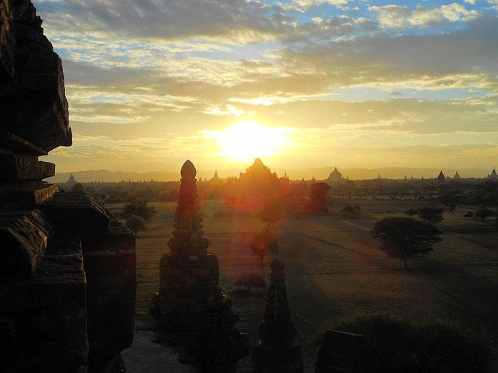 Sonnenaufgang in Bagan, Myanmar                 Sunrise in Bagan, Myanmar
