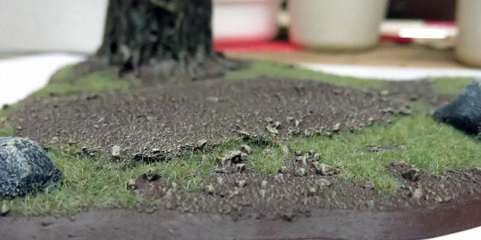 Steinchen aus Sand und kleine Erhöhung aus Kork