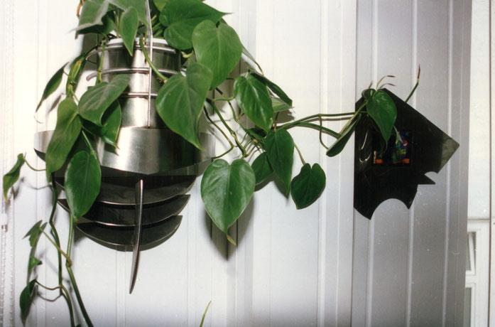 Foto: Handgefertigter Blumenhalter, abgestimmt auf die Edelstahl-Arbeiten im Treppenhaus