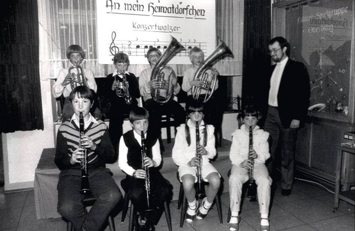 """1983 - """"Blasmusik zum Anfassen"""" - Mit diesem Motto lud der Musikverein interessierte Jungen und Mädchen zu einem Infoabend ein. So wurden nach diesem """"Werbetag"""" erstmals in der Vereinsgeschichte junge Damen im Aktivenbereich angenommen."""