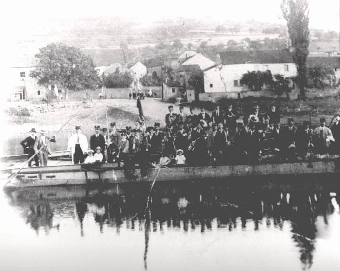 1926 - Musikverein Wasserbillig auf dem Weg zum Stiftungsfest auf der alten Fähre