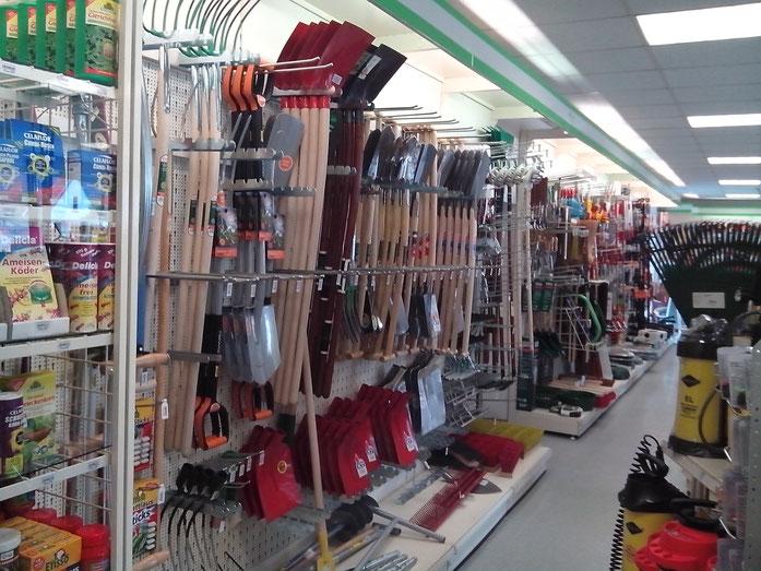 Schaufeln, Spaten, Hacken, Laubbesen und vieles mehr finden Sie in unsererem Ladengeschäft.