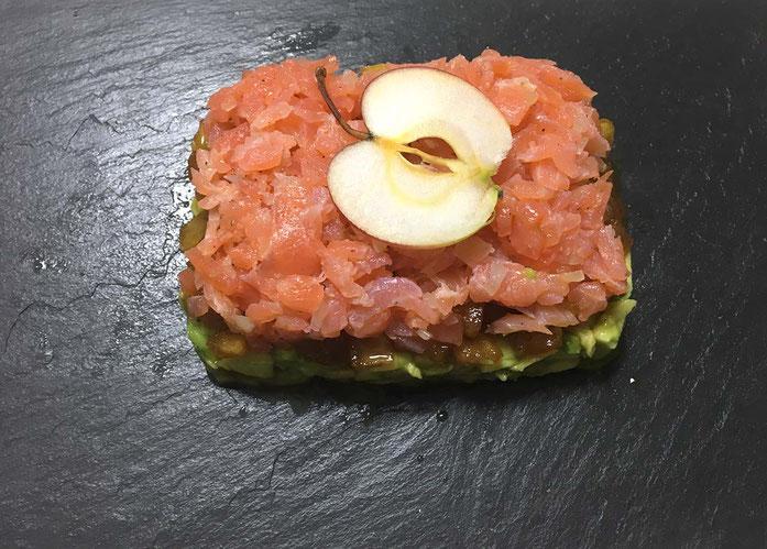 Lachstatar mit Avocado und Apfel