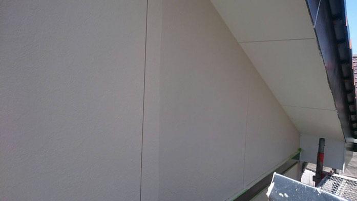 大垣市、養老町、上石津町、輪之内町、安八町、神戸町、垂井町、瑞穂市、池田町で外壁塗装活動中の養老町の外壁塗装専門店。大垣市上面で外壁塗装/外壁の上塗り塗装作業中。