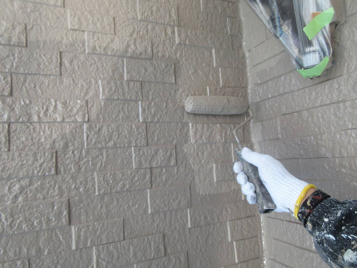 養老町、大垣市、平田町、南濃町、海津町、上石津町、輪之内町で外壁塗装工事中の外壁塗装工事専門店。養老町栗笠で外壁塗装工事/上塗り作業中
