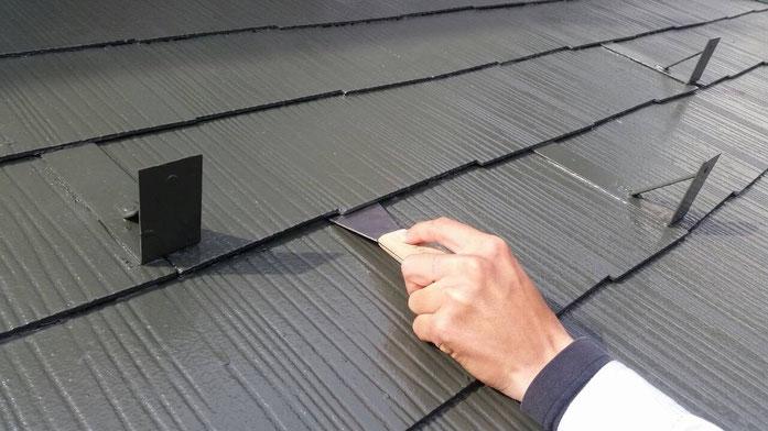 大垣市長松町 屋根塗装 屋根カラーベスト縁切り作業中 養老町の屋根塗装専門店エイトリハウス