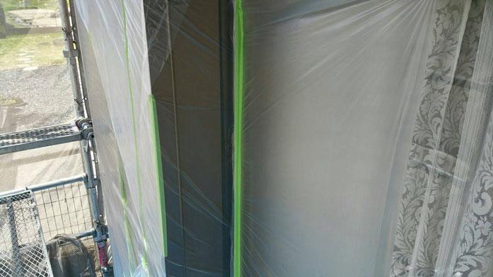 輪之内町、海津市、養老町、羽島市、大垣市、瑞穂市で外装改修工事中の外壁塗装工事専門店。輪之内町楡俣神田で外壁塗装工事/外壁塗装工事の、ビニール養生作業