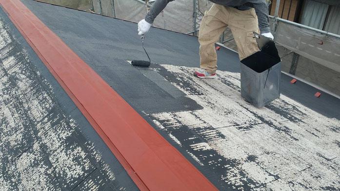 養老町、大垣市、平田町、南濃町、海津町、上石津町、輪之内町で屋根カラーベスト塗装工事中の屋根塗装工事専門店。養老町大場で屋根カラーベスト塗装工事/下塗り作業中