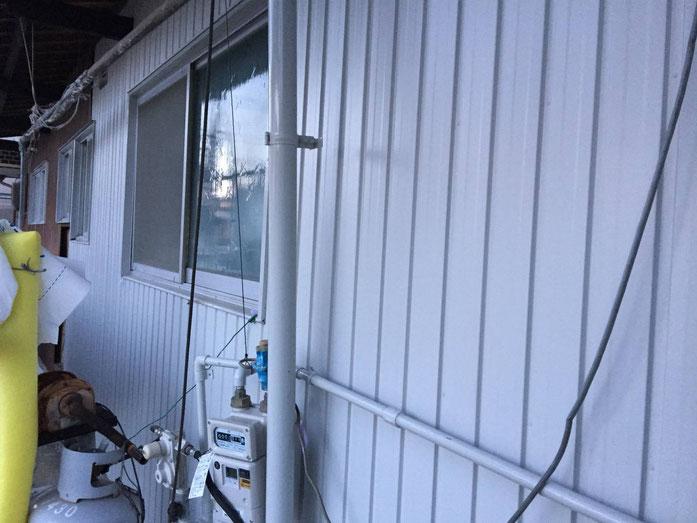 養老町、大垣市、平田町、南濃町、海津町、上石津町、輪之内町で外壁板金張り替え工事中の雨樋・板金工事専門店。養老町栗笠で外壁板金張り替え工事/外壁板金張り作業中