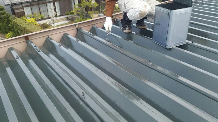 安八町、大垣市、輪之内町、羽島市、柳津町、穂積町、巣南町で屋根塗装工事中の屋根塗装工事専門店。安八町北今ヶ渕で屋根塗装工事/屋根折板の上塗り塗装作業中