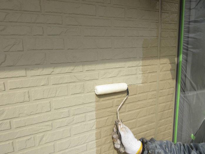 大垣市、養老町、上石津町、輪之内町、安八町、神戸町、垂井町、瑞穂市、池田町で外壁塗装工事中の外壁塗装工事専門店。大垣市八島町で外壁塗装工事/下塗り作業中