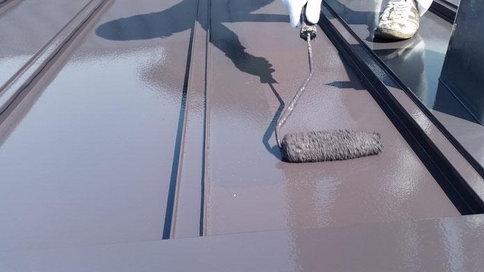 養老町、大垣市、平田町、南濃町、海津町、上石津町、輪之内町で屋根塗装中の養老町の屋根塗装専門店。養老町上之郷で屋根塗装/屋根瓦棒の遮熱塗料上塗り塗装作業中