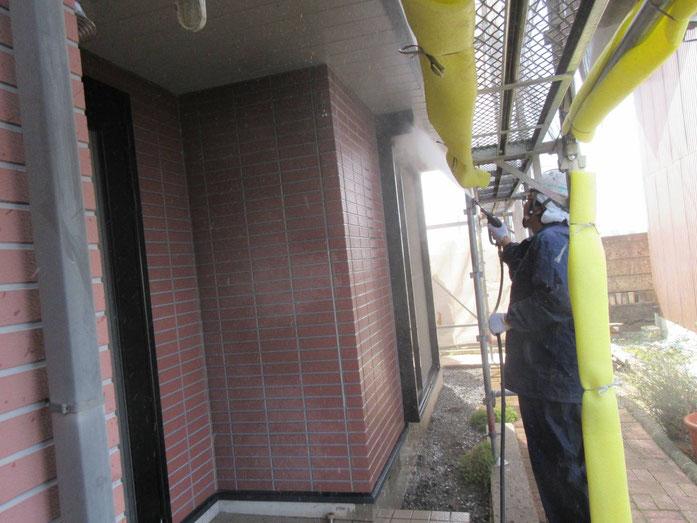 輪之内町、海津市、養老町、羽島市、大垣市、瑞穂市で外壁塗装工事中の外壁塗装工事専門店。輪之内町福束新田で外壁塗装工事/高圧洗浄作業中