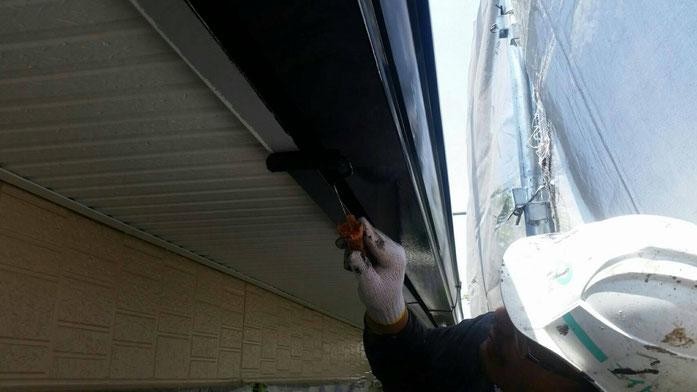 大垣市、墨俣町、安八町、瑞穂市、羽島市で外壁塗装工事中の外壁塗装工事専門店。墨俣町墨俣で外壁塗装工事/外壁塗装工事の、付帯の塗装作業中