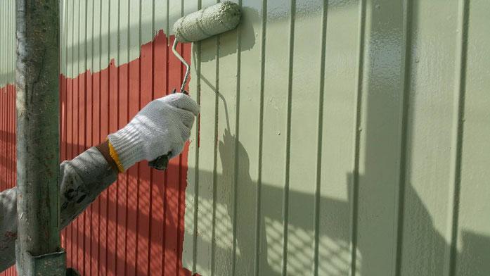 羽島市、大垣市、輪之内町、安八町、瑞穂市、海津市、養老町で外壁塗装工事中の外壁塗装金工事専門店。羽島市足近町で外壁塗装/外壁塗装工事の中塗り塗装作業中