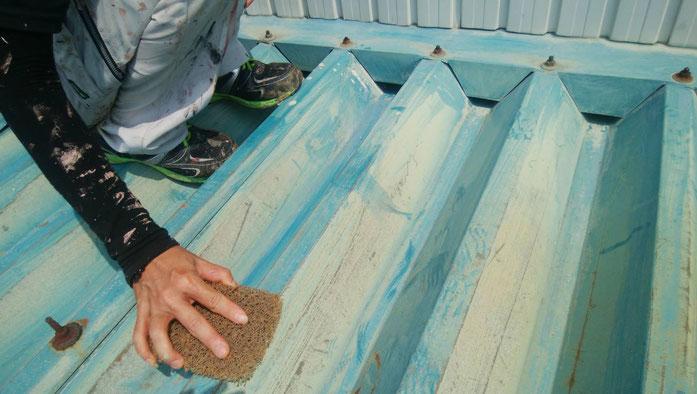 養老町、大垣市、平田町、南濃町、海津町、上石津町、輪之内町で屋根折板塗装工事中の屋根塗装工事専門店。養老町押越で屋根折板塗装工事/ケレン作業中