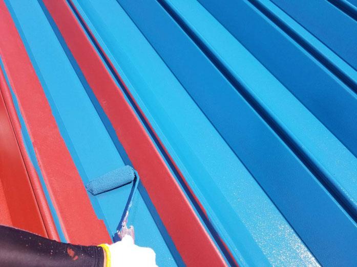 海津町、南濃町、平田町、養老町、輪之内町、羽島市、祖父江町、八開村、立田村、長島町、多度町、屋根折板塗装工事中の屋根塗装工事専門店。海津町高須町で屋根折板塗装工事/中塗り塗装作業中