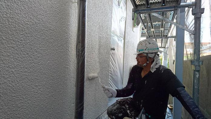 大垣市、養老町、上石津町、輪之内町、安八町、神戸町、垂井町、瑞穂市、池田町で外壁塗装工事中の外壁塗装工事専門店。大垣市稲葉北で外壁塗装工事/上塗り作業中