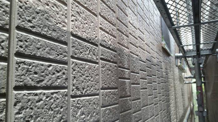 大垣市、墨俣町、安八町、瑞穂市、羽島市で外壁塗装工事中の外壁塗装工事専門店。墨俣町墨俣で外壁塗装工事/外壁塗装工事の、中塗り塗装作業中