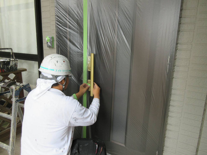 大垣市、墨俣町、安八町、瑞穂市、羽島市で外壁塗装工事中の外壁塗装工事専門店。墨俣町墨俣で外壁塗装工事/外壁塗装工事の、ビニール養生作業中