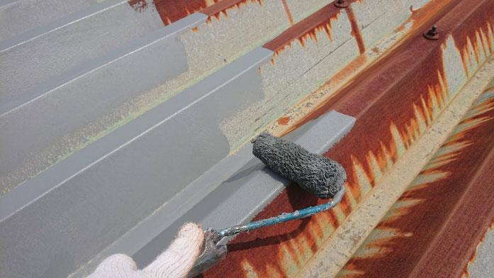 養老町、大垣市、平田町、南濃町、海津町、上石津町、輪之内町で屋根折板塗装工事中の屋根塗装工事専門店。養老町押越で屋根折板塗装工事/錆固定材タッチアップ作業中