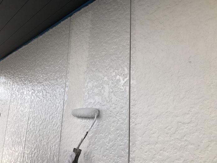 大垣市、養老町、上石津町、輪之内町、安八町、神戸町、垂井町、瑞穂市、池田町で外壁塗装工事中の外壁塗装工事専門店。大垣市大池町で外壁塗装/外壁塗装工事の下塗り塗装作業中