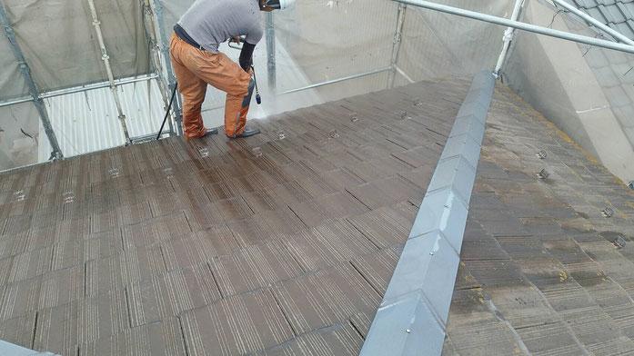 大垣市、墨俣町、安八町、瑞穂市、羽島市で屋根塗装工事中の屋根塗装工事専門店。墨俣町墨俣で屋根塗装工事/屋根塗装工事の、高圧洗浄作業中