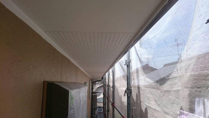 大垣市上面 外壁塗装 付帯(軒天)の塗装作業中 養老町の外壁塗装専門店エイトリハウス
