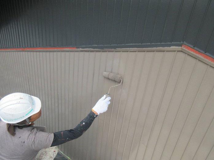 輪之内町、海津市、養老町、羽島市、大垣市、瑞穂市で外装改修工事中の外壁塗装工事専門店。輪之内町楡俣神田で外壁塗装工事/外壁塗装工事の、上塗り塗装作業中