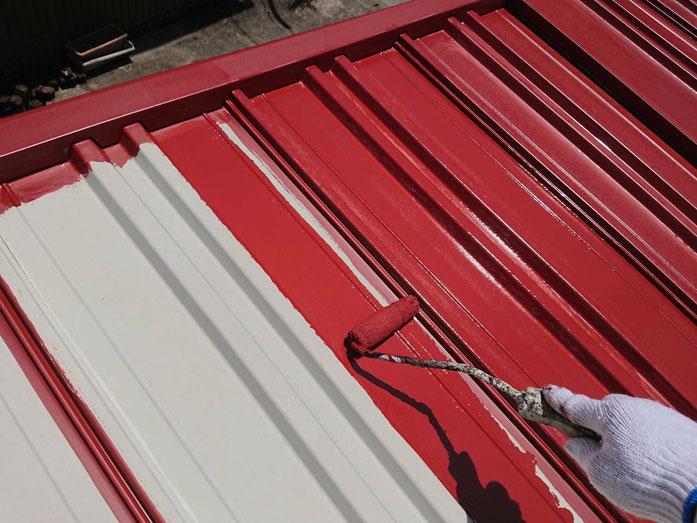 養老町、大垣市、平田町、南濃町、海津町、上石津町、輪之内町で倉庫・車庫屋根塗装工事中の屋根塗装工事専門店。養老町上方で倉庫・車庫屋根塗装工事/下塗り塗装作業中
