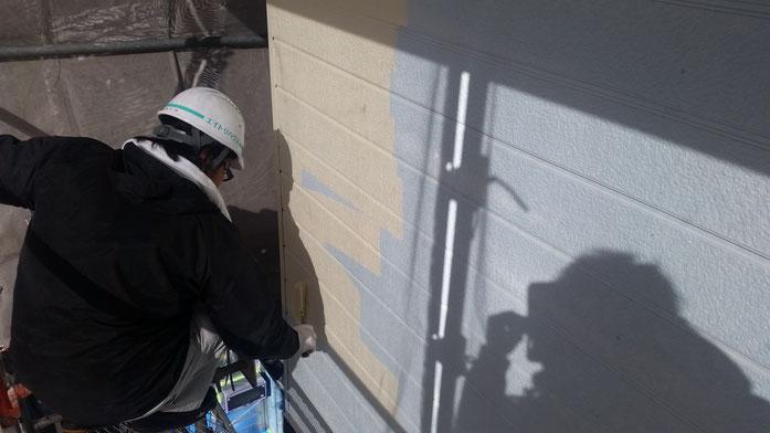 養老町、大垣市、平田町、南濃町、海津町、上石津町、輪之内町で外壁塗装中の養老町の外壁塗装専門店。養老町大野で外壁塗装/外壁防水塗装工事の中塗り塗装作業中