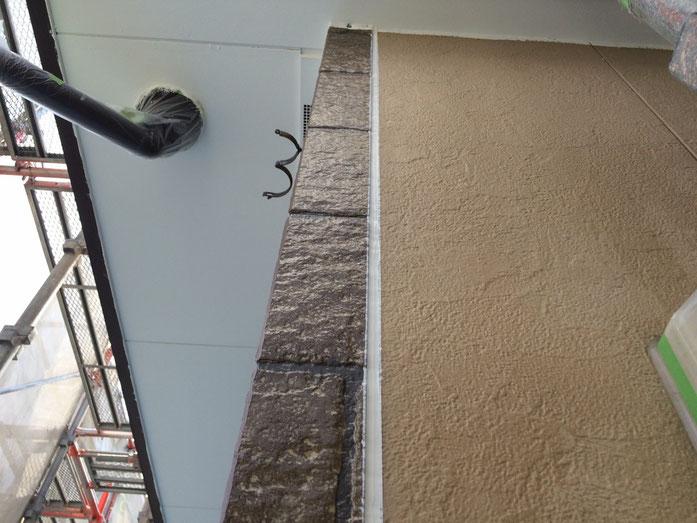 大垣市上面 外壁塗装 外壁の目地のコーキング作業中 養老町の外壁塗装専門店エイトリハウス