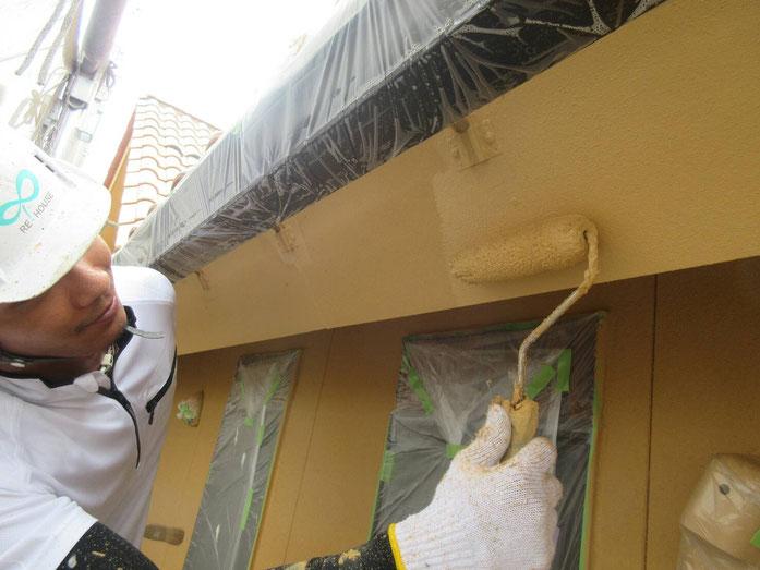 大垣市、養老町、上石津町、輪之内町、安八町、神戸町、垂井町、瑞穂市、池田町で外壁塗装工事中の外壁塗装工事専門店。大垣市室村町で外壁塗装工事/上塗り作業中