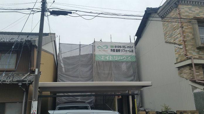 大垣市、墨俣町、安八町、瑞穂市、羽島市で外壁塗装工事中の外壁塗装工事専門店。墨俣町墨俣で外壁塗装工事/外壁塗装工事のための足場組み立て作業中