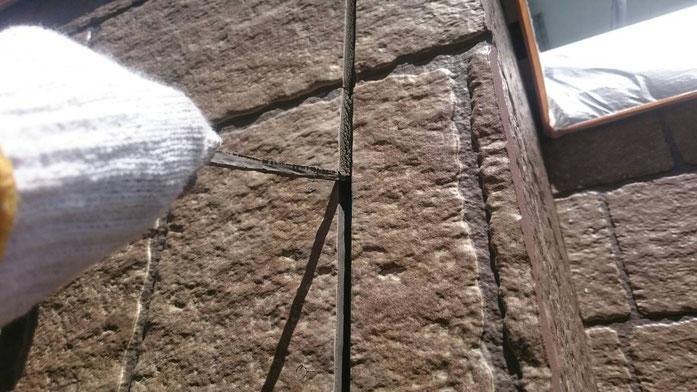 大垣市上面で外壁塗装 外壁の目地のコーキング撤去作業中 養老町の外壁塗装専門店エイトリハウス