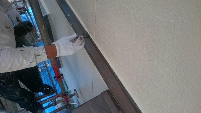 大垣市、養老町、上石津町、輪之内町、安八町、神戸町、垂井町、瑞穂市、池田町で外壁塗装作業中の養老町の外壁塗装専門店。大垣市上面で外壁塗装/付帯(水切り)の塗装作業中