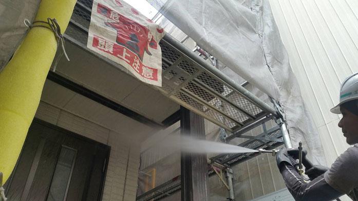 大垣市、墨俣町、安八町、瑞穂市、羽島市で外壁塗装工事中の外壁塗装工事専門店。墨俣町墨俣で外壁塗装工事/外壁塗装工事の、高圧洗浄作業中