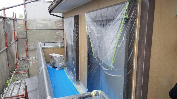 大垣市上面 外壁塗装 窓サッシまわりのコーキング作業中 養老町の外壁塗装専門店エイトリハウス