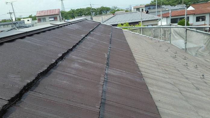 大垣市、墨俣町、安八町、瑞穂市、羽島市で屋根塗装工事中の屋根塗装工事専門店。墨俣町墨俣で屋根塗装工事/屋根塗装工事の、下塗り塗装作業中