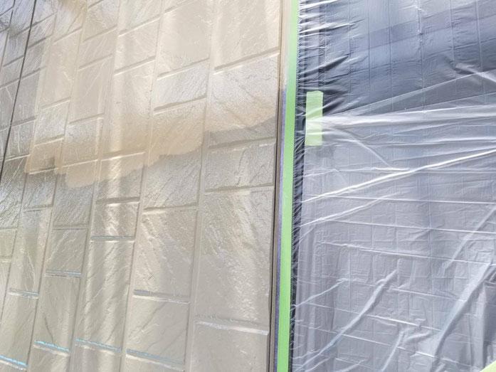 垂井町、関ヶ原町、養老町、大垣市、池田町、揖斐川町、外壁塗装工事中の外壁塗装工事専門店。垂井町綾戸で外壁塗装工事/外壁塗装工事の中塗り塗装作業中