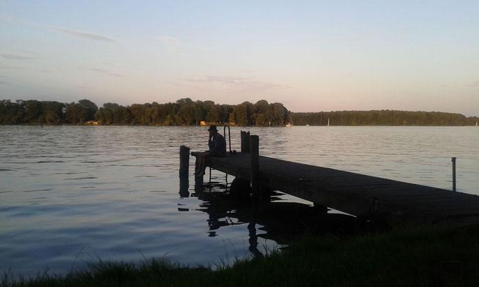 Der laaaange See im Abendlicht inklusive telefonierendem Jako
