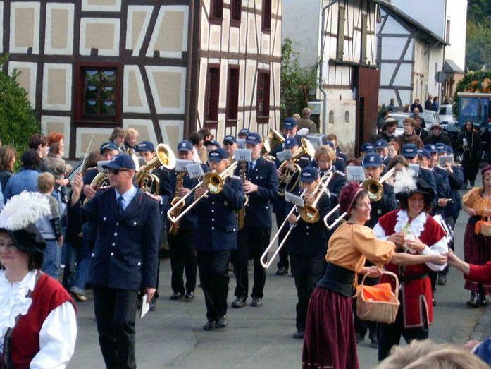 Herbst 2004: Der Musikzug zu Gast beim Oktoberfest in Insul/Rheinland-Pfalz