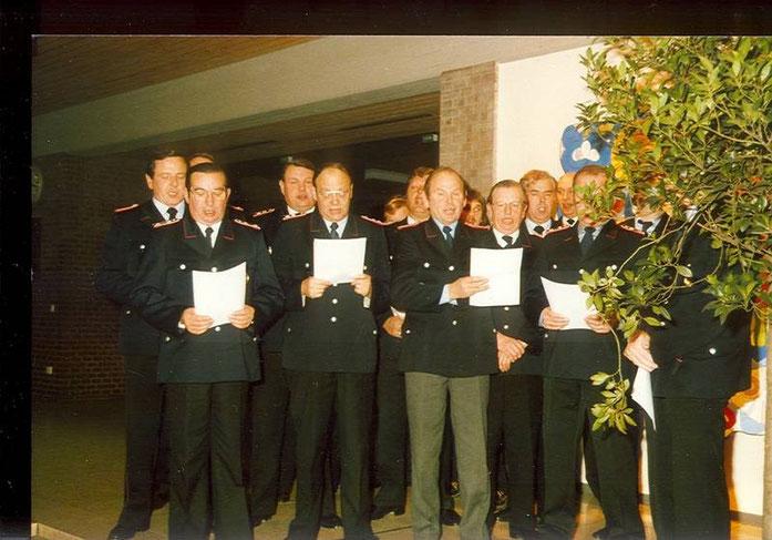 """1983: Die Kameraden der Freiwilligen Feuerwehr unterstützen den Musikzug gesanglich bei """"Wir Feuerwehrkameraden"""""""