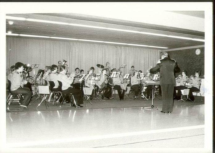 1978: Der Jugendmusikzug präsentiert sich im Forum der Molitorisschule