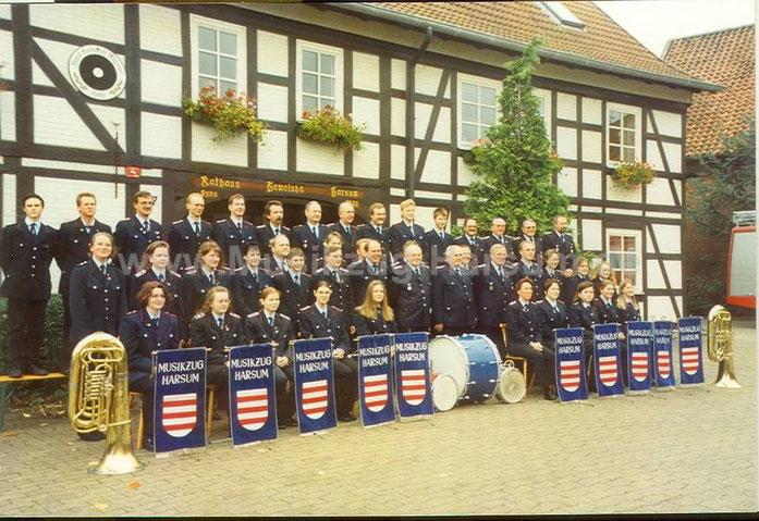 Musikzug 1996 vor dem Harsumer Rathaus