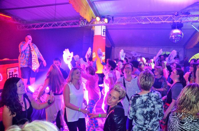 """""""Wir feiern die ganze Nacht"""": ffn-Morgenman Franky sorgte für Superstimmung im Festzelt."""