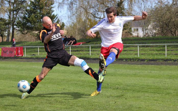 In den spielentscheidenden Szenen kamen Loks Landesklasse-Kicker meistens einen Schritt zu spät. Hier kann Lok's Spielertrainer Robert Vallentin (links) Pommerns Adrian Hogreve (rechts) nicht am Flanken hindern.