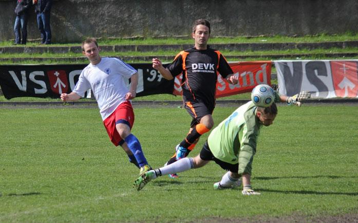 Sebastian Schwerin (links) sorgte als Vorbereiter und Torschütze in der Pommern-Offensive für Furore, hier bei seinem Treffer zum 4:1. Loks Danilo Rempt (Mitte) und Keeper Sören Husen (rechts) chancenlos.