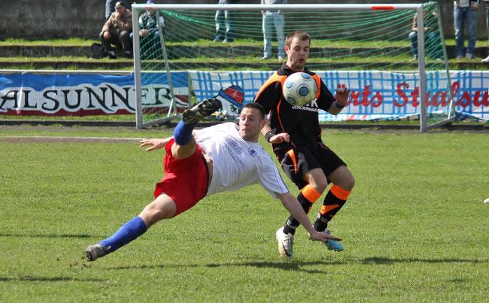 Der FC Pommern demonstrierte gegen Lok seine technische Überlegenheit. Der Seitfallzieher von Martin Röpke (vorne) blieb allerdings ohne Torerfolg. Dahinter kann Loks Matthias Pischke nicht mehr eingreifen.